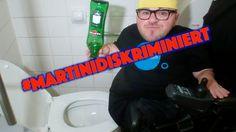 Leert Eure Martini ins Klo! Die Firma #MartiniDiskriminiert RollstuhlfahrerInnen seit Jahren mit ihrer Martini Terrazza Wien, am Wiener Rathausplatz. Für RollstuhlfahrerInnen gibt es keine Möglichkeit zur eigentlichen Bar zu gelangen um sich einen Cocktail zu holen. Ich sage: DAS MUSS NICHT SEIN!!! Martini fein, bei mir nur noch ins Klo hinein!