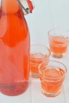 Make your own strawberry liqueur. A recipe by Yvette van Boven. Hoe leuk is dat! Tea Smoothies, Kiwi Smoothie, Smoothie Drinks, Wine Drinks, Cocktail Drinks, Alcoholic Drinks, Beverage, Yummy Drinks, Healthy Drinks