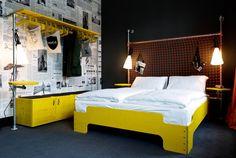 Hotels in Hamburg - Junges Design: Das Kopfende der Betten hat was von einem Fußballtor,...