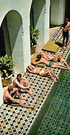 'Elegant internationals' se bronzant à la piscine du York Castle. Look Magazine, January 1964