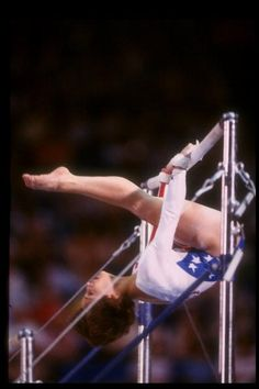 Mary Lou Retton (United States) on uneven bars at the 1984 Los Angeles Olympics All About Gymnastics, Gymnastics History, Amazing Gymnastics, Gymnastics Posters, Sport Gymnastics, Olympic Gymnastics, Gymnastics Photos, Gymnastics Photography, 1984 Olympics