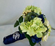 apple green and navy blue... YUP I'M IN LOOOOVE!!! <3 This is how I want my flowers for my wedding!!! :)