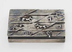 LINE VAUTRIN (1993-1997) LOIN DES YEUX, LOIN DU COEUR Poudrier en bronze argenté, 1950-1955 Epaisseur : 1 cm. ( 3/8 in.) ; Longueur : 8,5 cm. (3 ¼ in.) ; Profondeur : 5,5 cm. (2 1/8 in.) Estampillé LINE VAUTRIN