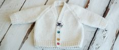 An adorable Baby V-Neck Raglan Cardigan for babies months. Free knitting pattern and video tutorial explained step by step, ideal for beginners. So Woolly. Free Baby Sweater Knitting Patterns, Knit Cardigan Pattern, Knit Baby Sweaters, Easy Knitting, Baby Knits, Baby Patterns, Knit Patterns, Baby Girl Cardigans, 3 Months