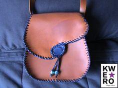 Bolso de cuero marron con detalle azul