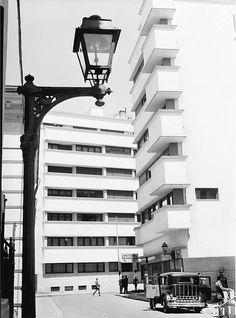 Blockhaus-uri - strada Vasile Sion intersecție cu Știrbei Vodă(1937). Foto: Willy Pragher Capital Of Romania, Little Paris, Bucharest Romania, Timeline Photos, Old Pictures, Art Deco, Time Travel, Multi Story Building, World