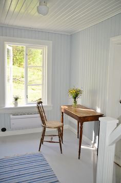 A sitting place by a bright window in a slightly blue wood house Swedish Cottage, Swedish House, Cottage Style, Home Interior, Interior And Exterior, Interior Design, Blue Wood, Cottage Interiors, House In The Woods
