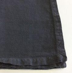 Coppia di tovaglioli Society in lino color grigio antracite.