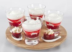 Las fresas naturales son deliciosas, pero también quedan perfectas con crema batida, en mini porciones son deliciosas. Panna Cotta, Snacks, Mini, Ethnic Recipes, Sweet, Party, Desserts, Food, Gastronomia