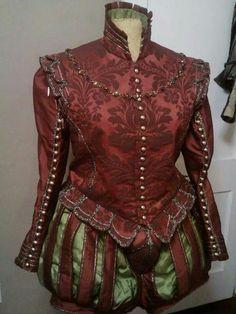 Farsetto con maniche in broccato damascato rosso con bottoni dorati; i pantaloni che seguono la moda sono a strisce e lasciano intravedere del raso verde chiaro al di sotto. Costo £270