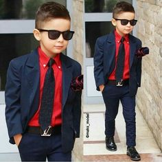 Keeping thins look good with a classy suit. Toddler Boy Fashion, Little Boy Fashion, Toddler Boy Outfits, Fashion Guys, 90s Fashion, Fashion Scarves, Womens Fashion, Costume Garçon, Outfits Niños