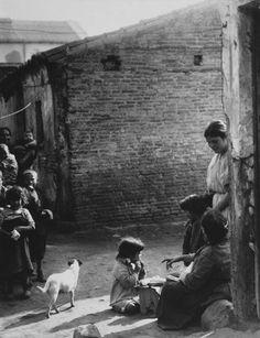Niños del barrio de Tetuán de las Victorias. Años cuarenta. Foto_ Alfonso Old Pictures, Old Photos, Foto Madrid, Old Photography, Spanish, Barcelona, San, History, Couple Photos