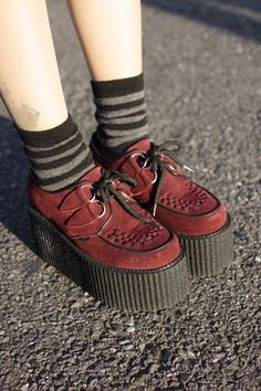 Chic Platform Shoes from 59 of the Brilliant Platform Shoes collection is the most trending shoes fashion this winter. This Platform Shoes look related to creepers, shoes, creepers shoes and… Fashion Mode, Fashion Shoes, Fashion Dresses, Fashion Trends, Ankle Boots, Shoe Boots, Creepers Shoes Outfit, Suede Creepers, Shoes Sandals
