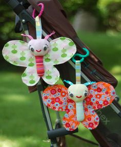 Baby Butterfly Tutorial by Abby Glassenberg for Sew,Mama,Sew! Step-by-step photos, full-sized templates, and clear written instructions! Complete with crinkle in the wings and a bell in the head to make it rattle! Baby Sewing Projects, Sewing For Kids, Diy For Kids, Free Sewing, Diy Projects, Easy Baby Gifts To Make, Homemade Baby Gifts, Easy Gifts, Handmade Baby