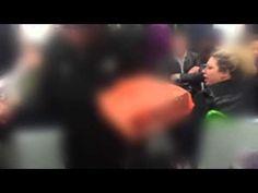 Video: Mujer lanza insultos racistas contra extranjeros en el metro de Londres - RT