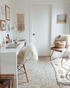 ▷ 1001 + modèles inspirantes de la chambre blanche et beige bedroom decor in chic bohemian style with cocooning accessories, home office layout in white [. New Bedroom Design, Home Office Design, Home Office Decor, Interior Design, Gold Home Decor, Office Desk, Bedroom With Office, White Bedroom Decor, Bedroom Neutral