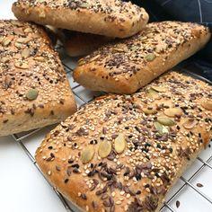 Nem opskrift på grove sandwichbrød, som er gode til madpakken. Put dit yndlings fyld i eller spis dem som de er. De kan sagtens fryses.
