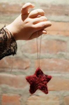Le feutrage à l'aiguille est une façon simple de s'initier au à l'art du feutrage. Dans le Kit DIY de petits ornements feutrés, tutrouveras tout ce qu'il te fa