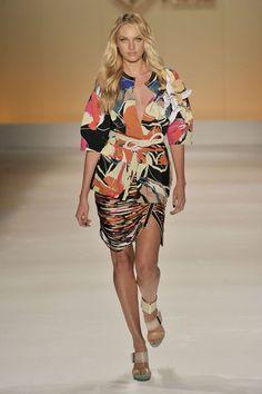 Candice Swanepoel na Forum primavera-verão 2014/15