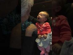 Dove grootmoeder leert negen weken oude kleindochter gebarentaal – baby's reactie is goud waard   Ongelooflijk