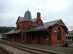 Baltimore and Ohio Railroad Station, Liberty St, Oakland, MD, built 1884 Abandoned Train Station, Old Train Station, Train Stations, Baltimore And Ohio Railroad, Old Trains, Classic Architecture, Model Train Layouts, Train Tracks, Romanesque