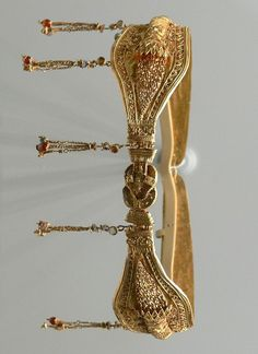 Gold diadem. Greek, probably made in Alexandria, Egypt, and belonging to a noblewoman of the Ptolemaic dynasty (220–100 BC): the clasp is shaped as a Herakles knot
