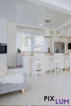 Die Küche ist für viele von uns heut zu Tage mehr als ein Raum in dem wir Mahlzeiten zubereiten, sie verbindet Kochen und Wohnen gleichermaßen.   Mit unserem LED Sternenhimmel System lassen sich tolle Lichtakzente setzen, die die Grundbeleuchtung unterstützen.  Unser stromleitenden Platten werden einfach an der Decke montiert, die Oberfläche nach Belieben gestaltet (verputzt, gestrichen, beklebt) und die LEDs anschließend per Hand an jede beliebige Stelle eingesteckt. So einfach geht's! Kitchen Island, Led, Home Decor, Plastering, Open Plan Kitchen, Light Design, Meals, Kitchen Inspiration, Amazing