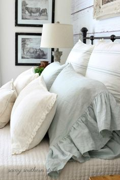 The farmhouse bedroom decoration style is about keeping the things simple an organic. It is classic, elegant and comfortable at the same time. The farmhouse bedroom design allows you to decorate with variety of accessories and furnishings that add a touch Modern Farmhouse Bedroom, French Country Bedrooms, French Country Decorating, Urban Farmhouse, Farmhouse Decor, Rustic Decor, Country Farmhouse, French Decor, French Bedroom Decor
