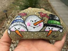 25 Easy Rock Painting Ideas for Beginners - Fabulessly Frugal Looking for some easy rock painting ideas to get inspired by? Check out these 50 awesome rock painting designs and rock art ideas for beginners! Rock Painting Ideas Easy, Rock Painting Designs, Painting For Kids, Pebble Painting, Pebble Art, Stone Painting, Christmas Rock, Christmas Crafts For Gifts, Christmas Decorations