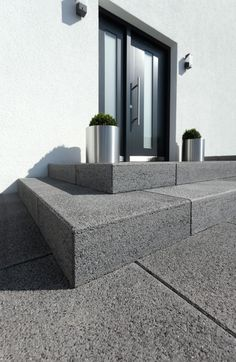 Vianova®-Stufen – Die schlichte aber edle Ausstrahlung und die hochwertigen Obe… Vianova® steps – The simple but elegant appearance and the high-quality surfaces made of natural stone grain make these steps the perfect solution for the highest demands. Contemporary Front Doors, Contemporary Garden, Front Door Steps, Outdoor Stairs, Front Entrances, Facade Architecture, House Front, Exterior Design, Outdoor Living