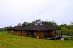石川県鳳珠郡能登町のやなぎだ植物公園  公園内にあるアストロコテージはコテージの2階の3棟に天台観測ドーム3棟に小型望遠鏡が備え付けられているのが最大の特徴  望遠鏡を好きなだけ見ることができる天体ドームが付いたお部屋でまさに星好きには堪らないお宿です 他にも敷地内にはプラネタリウムが併設された天文台もあります  tags[石川県]