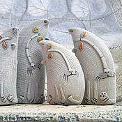 Купить или заказать Сувенирная кукла Катрина (по мотивам) в интернет-магазине на Ярмарке Мастеров. Куколка изготовлена на заказ по мотивам Катрины. Кукла получилась нежная, яркая, лучезарная. Голова, ручки, обувь вылеплены из самозатвердевающей глины Дарви, расписаны акварелью и акрилом. Тело на проволочном каркасе, изготовлено в технике обмотки пряжей. Наряд куколки связан крючком из фактурной пряжи, украшен бусинами, бисером, вязаными цветами. Положение рук и ног куклы можно незначительно…