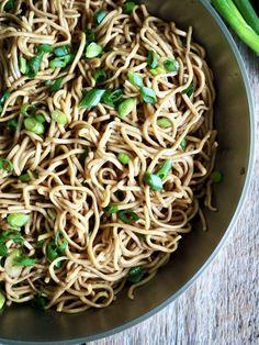 Sulten? Dårlig tid? Da lager du lettvinte nudler med hvitløk!  Kan spises som en rett i seg selv eller serveres med kylling for eksempel.   Bland gjerne inn andre grønnsaker - løk, paprika, grønnkål. brokkoli, og så videre for en mer næringsrik variant. Tex Mex, Spaghetti, Pasta, Ethnic Recipes, Food, Lasagna, Essen, Meals, Yemek