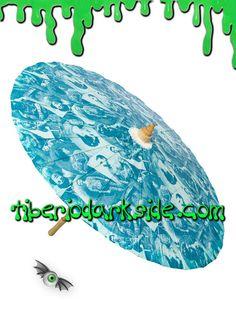 TIBERIO DARK SIDE DISTRIBUIDOR OFICIAL DE SOURPUSS EN ESPAÑA  Parasol clásico de papel con estructura de madera, de color azul con fotos antiguas de personas tatuadas. Marca: Sourpuss.  COLOR: AZUL TALLA: ÚNICA  TAMAÑO: 81 cm diámetro (32