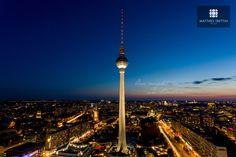 #Berlin fasziniert und polarisiert aus verschiedenen Perspektiven beim Betrachten. Bei dieser Aufnahme vom Fernsehturm kommt #available light perfekt zur Geltung.