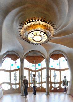 Casa Batillo, Barcelona, Spain. 1904-6. Antoni Gaudi.  **ingreso principal; techo con ilusión -pintura-**