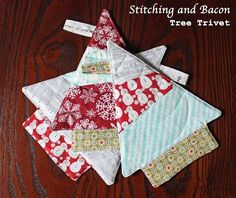 Stitching and Bacon: Tree Trivet Tutorial [Christmas in July Sewing Challenge] These are so cute, may have to try this.reality probably won't but just in case. Sewing Patterns Free, Free Sewing, Quilt Patterns, Free Pattern, Christmas Sewing Projects, Christmas Fabric, Christmas Quilting, Diy Projects, Christmas In July