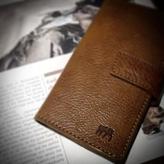 iPhone flip book with magnet closure vegetable tanned leather handmade in Italy nicolameyer.com #iphoneleathercase #flipbookcover #handmadecover #leathercover #luxuriouslifestyle