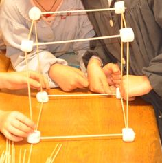 Construction de solides avec des chamallows - la classe de Calliplume Construction, Geometric Solids, Solid Geometry, Marshmallow Yams, Building