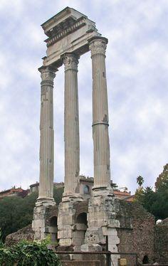 --Templo de Cástor e Pólux-- Estas tres grandes columnas pertencían ó templo de Cástor e Pólux. Construído no 484 a.C. conmemoraba a victoria dos romanos contra os latinos na batalla do lago Regilo, anunciada por estes dous heroes divinizados. En cada aniversario desta data, cinco mil cabaleiros ían en procesión ata ese lugar.