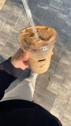 Iced Coffee, Coffee Time, Coffee Drinks, Coffee Shop, Coffee Lovers, Cream Aesthetic, Aesthetic Coffee, Aesthetic Food, Coffee Photos