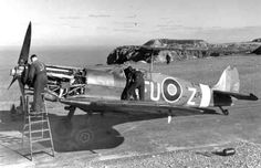 """Engine repair of the """"Spitfire"""" fighter"""