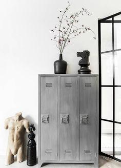 Was für ein netter Schrank von HK-Living! Im alten Schließfachlook aber dann aus Holz. Mit 3 Regale und Einlegböden, nette Details auf der Innenseite. Schaue