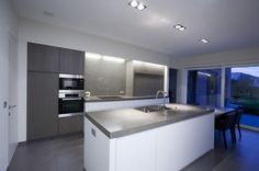 witte keuken in combinatie met grijs hout