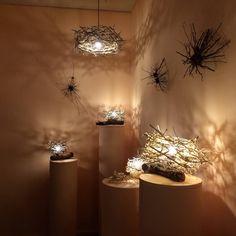 Mónica Gallardo (Argentina) - Nidos de luz, instalación con ramas. El nido que pende del techo mide 50 x 50 cm aprox.
