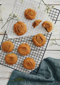 Who hasn't heard of Bear Paw cookies, which every kid got in their lunch box at least once over the years? (Here in Quebec, anyhow). I remember that when I was young there were two groups: the kids that liked Bear Paws and the kids that hated them. It goes without saying that I was … Continued Breakfast Dessert, Vegan Breakfast, Dessert Weight Watchers, Cookie Recipes, Vegan Recipes, Vegan Food, Molasses Cookies, No Cook Desserts, Cookies And Cream