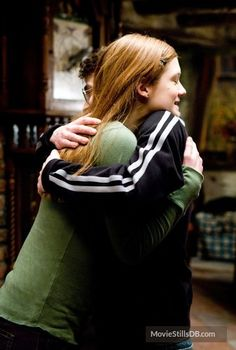 Harry Potter and the Half-Blood Prince - Publicity still of Daniel Radcliffe & Bonnie Wright Harry Potter Half Blood, Harry Potter Ginny Weasley, Harry And Ginny, Harry James Potter, Harry Potter Outfits, Harry Potter Characters, Harry Potter Movies, Hermione Granger, Ron Weasly