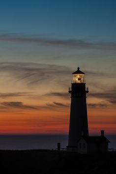 Yaquina Head Lighthouse At Night, Oregon Lighthouse Pictures, House By The Sea, Dark Photography, World Pictures, Costa, Water Tower, Beautiful Sky, Sunrise, Light House
