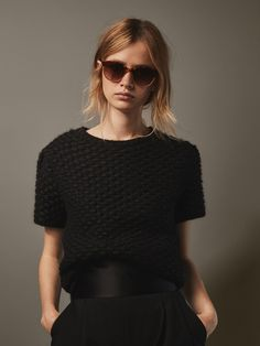 Discover the latest women's accessories for Spring/Summer 2020 at Massimo Dutti. Leather belts, handbags, purses or printed scarves for women with class. All About Fashion, Passion For Fashion, Crochet Shirt, Crochet Top, Knitwear Fashion, How To Purl Knit, Mohair Sweater, Fashion 2020, Minimalist Fashion