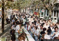 """""""Pa amb vi i sucre"""" de 1977.Rambla entre Llull y Pujadas.Se puede ver de derecha a izquierda el Monopol, la lampistería Más, Novedades la Cigüeña, Milter Radio,la barbería"""